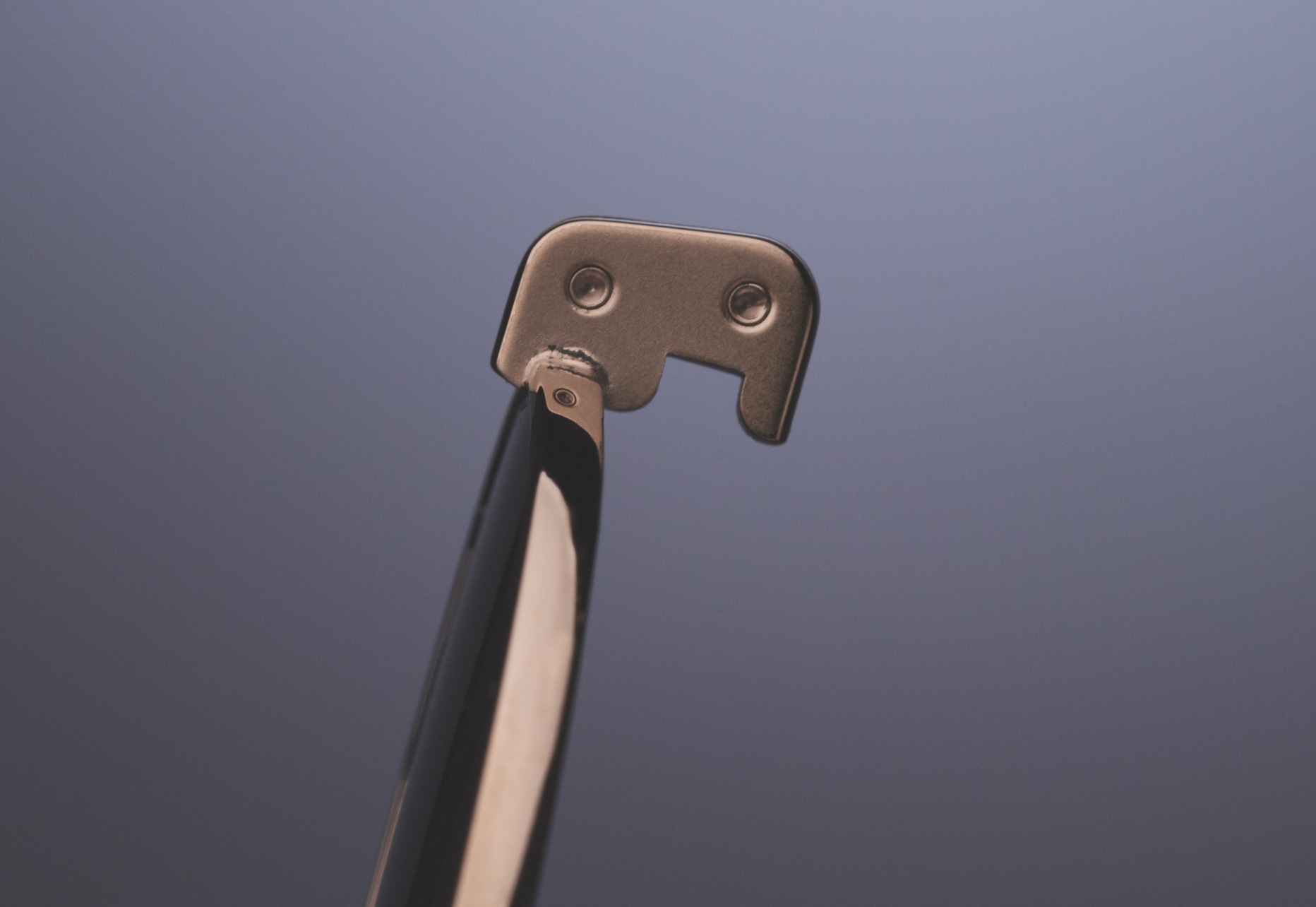 INNOVATIVE DESIGN FEATURING A SINGLE LENS CLIP FOOTING